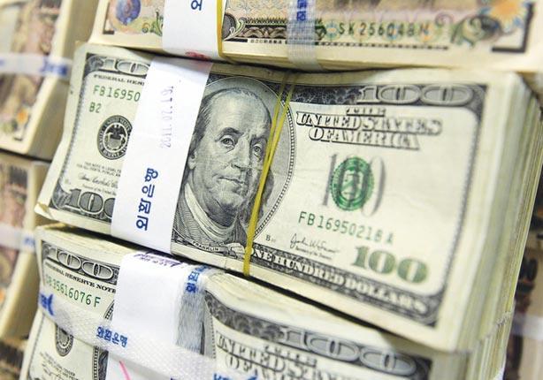 الدولار يتراجع في ظل حالة توتر قبل قرار المركزي الأمريكي