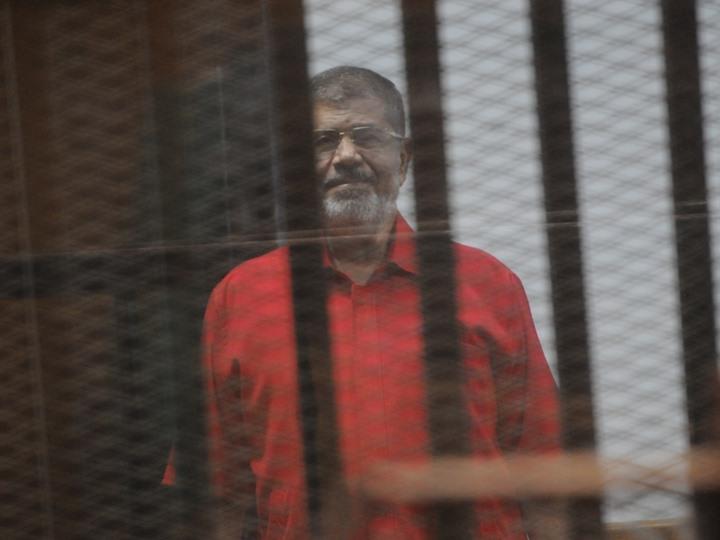 وفاة محمد مرسي العياط  أثناء حضوره جلسة محاكمته في قضية التخابر