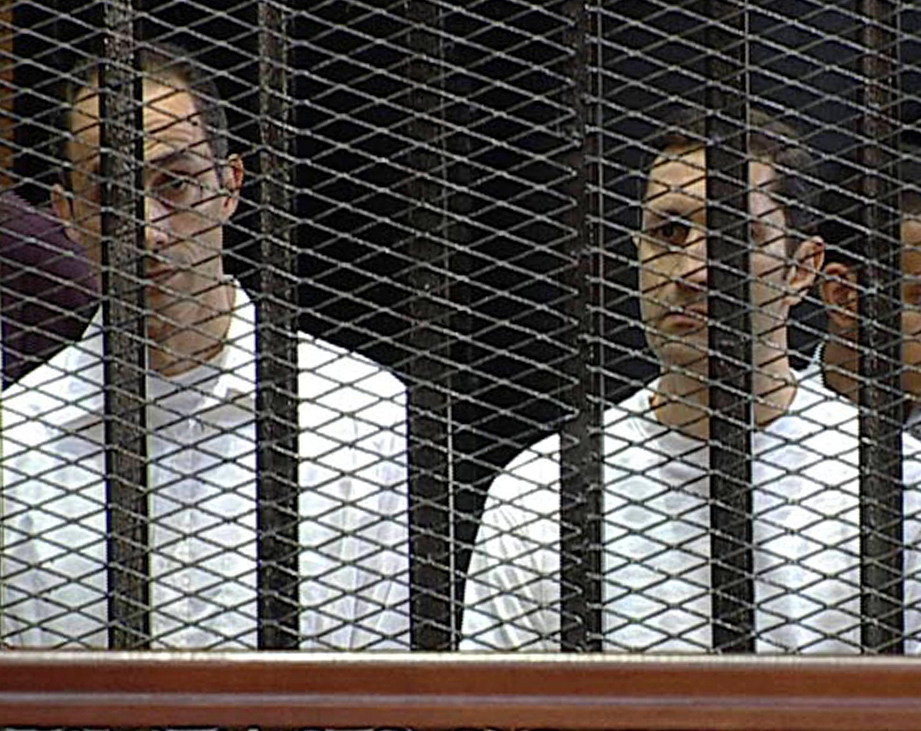المحكمة تأمر بالقبض على علاء وجمال مبارك