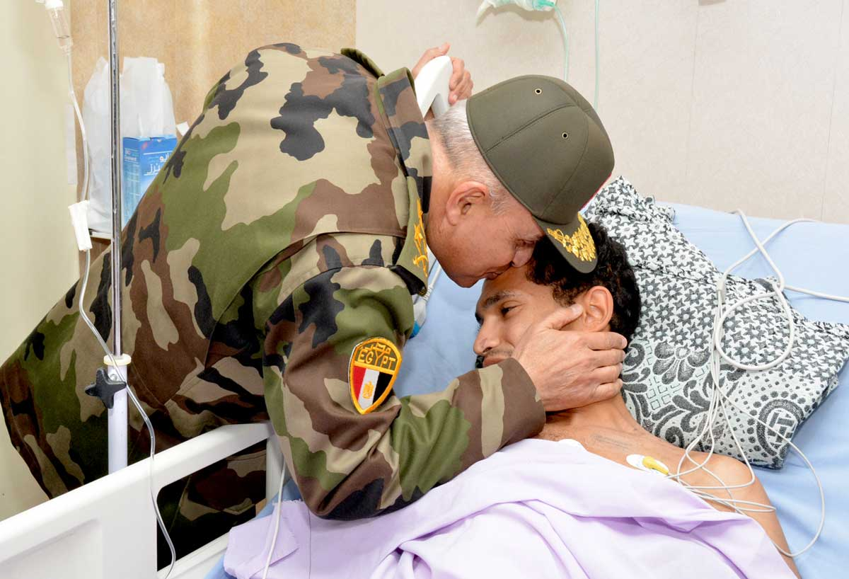 وزير الدفاع يطمئن على رجال القوات المسلحة المصابين في المواجهات مع الإرهاب