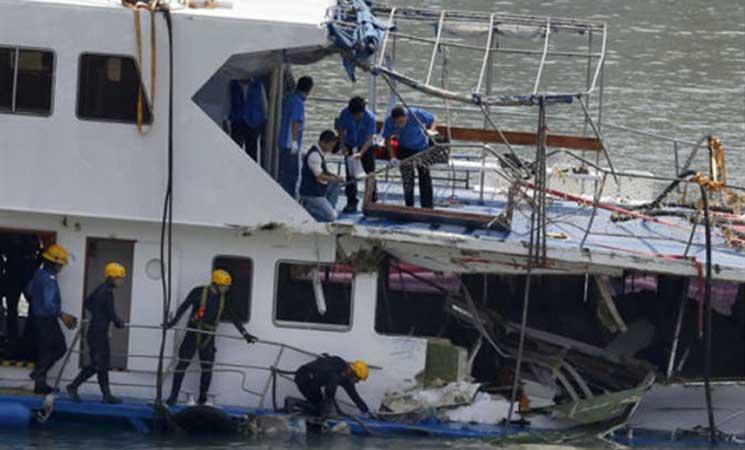 تصادم قارب صيد صينى وسفينة شحن وفقدان 17 شخصًا