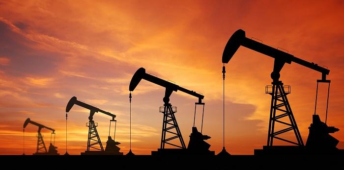 النفط يستقر قرب أدنى مستوى في 7 أشهر وسط زيادة المعروض بالسوق