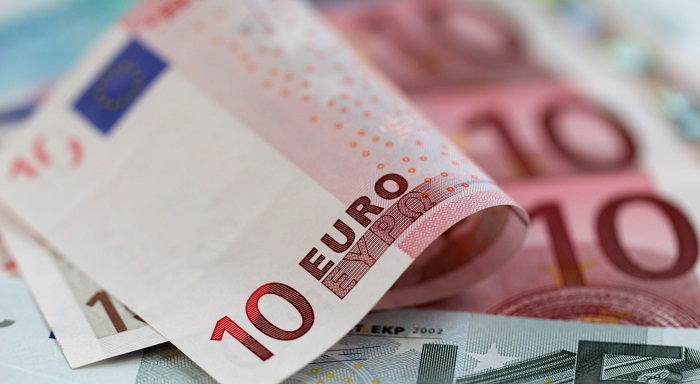 اليورو يتراجع مقابل الدولار مع ارتفاع عائدات الخزانة وسط حديث عن تحفيز