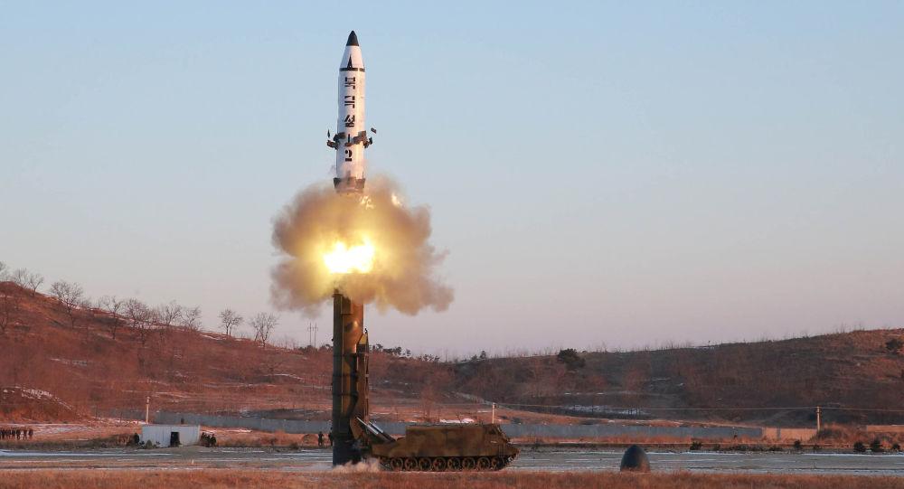 كوريا الشمالية تطلق صاروخاً جديداً وترمب يغرد ساخراً