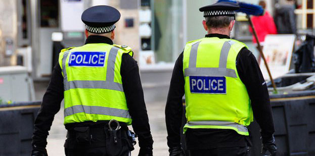الشرطة البريطانية تلقى القبض على عصابة خطيرة لتهريب الأسلحة والمخدرات