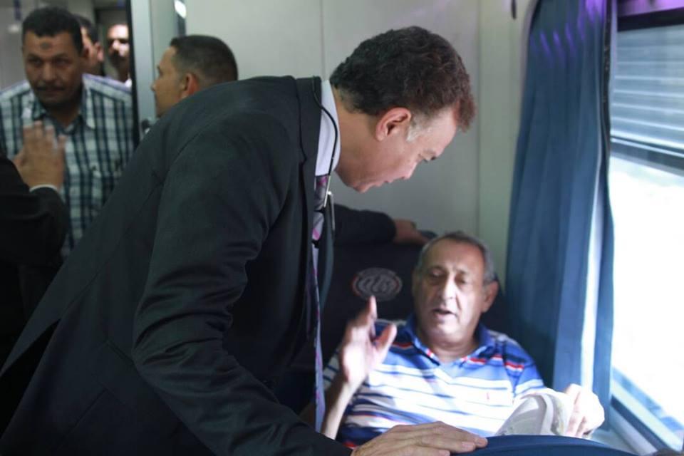 بالصور..وزير النقل يعتذر لركاب قطار 2001 عن تأخر قيامه 20 دقيقة