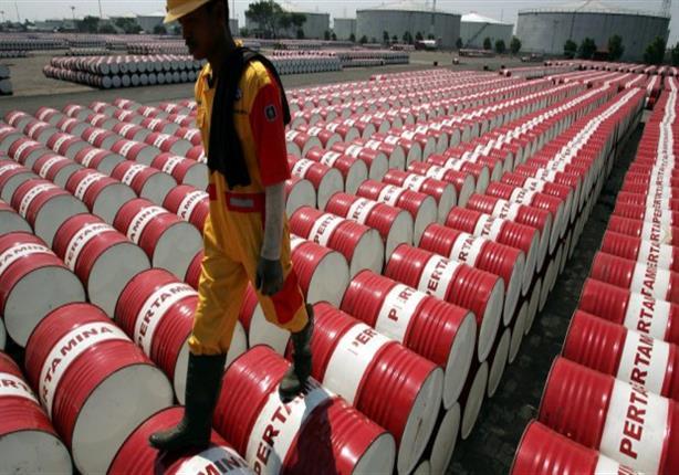 النفط يرتفع قرب أدنى مستوى في 2017 بسبب التخمة