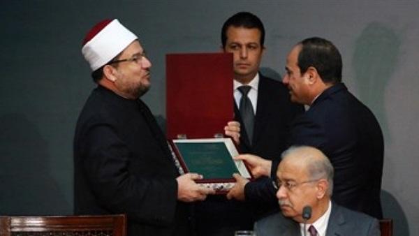 وزير الأوقاف يهدى الرئيس السيسي نسخة من المصحف الشريف