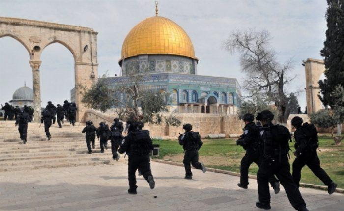 قوات الاحتلال تقتحم مصلى الرحمة في الأقصى وتفرغه من محتوياته