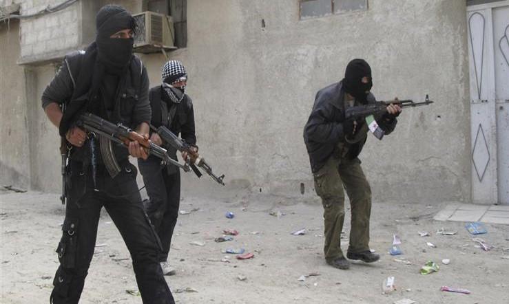 مسلحون مجهولون يفجرون قنبلة وسط حي سكني في عدن