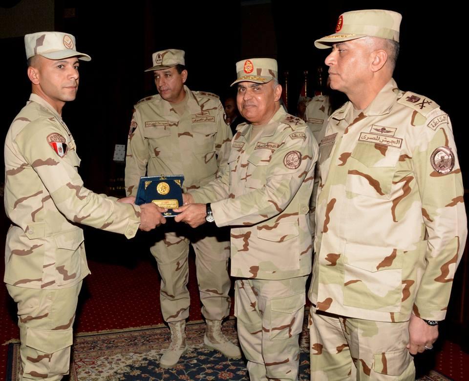 بالصور..وزير الدفاع يكرم المتميزين من الضباط و جنود الجيش الثالث الميداني