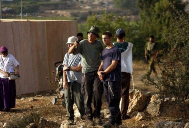 مستوطنون إسرائيليون يهاجمون مركبات المواطنين الفلسطينيين شمال نابلس