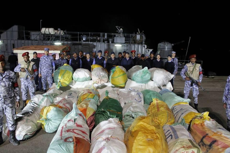 صور | القوات البحرية تضبط مركبا بالمياه الإقليمية بداخله كمية كبيرة من المخدرات