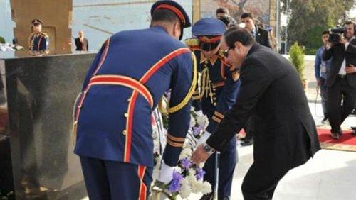 السيسي يضع إكليلا من الزهور على نصب شهداء الشرطة