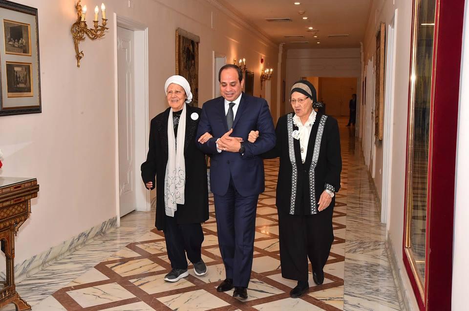 صور | الرئيس السيسى يستقبل سيدتين تبرعتا لتحيا مصر لتنمية سيناء