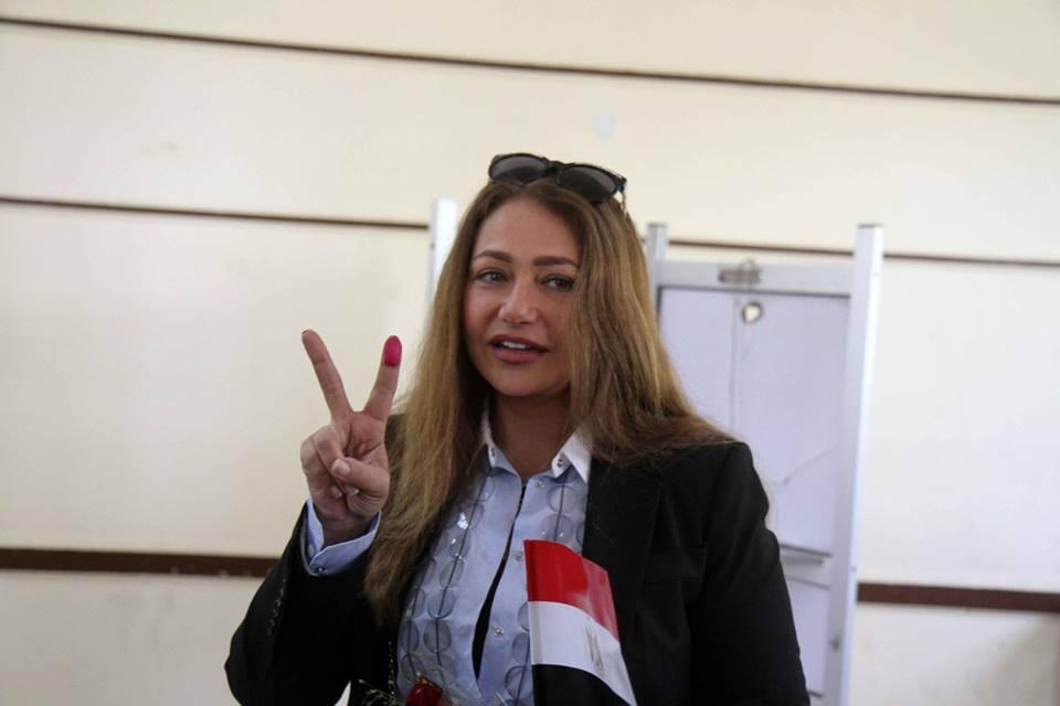 صور  | ليلى علوى تدلى بصوتها فى الانتخابات الرئاسية بمصر الجديدة