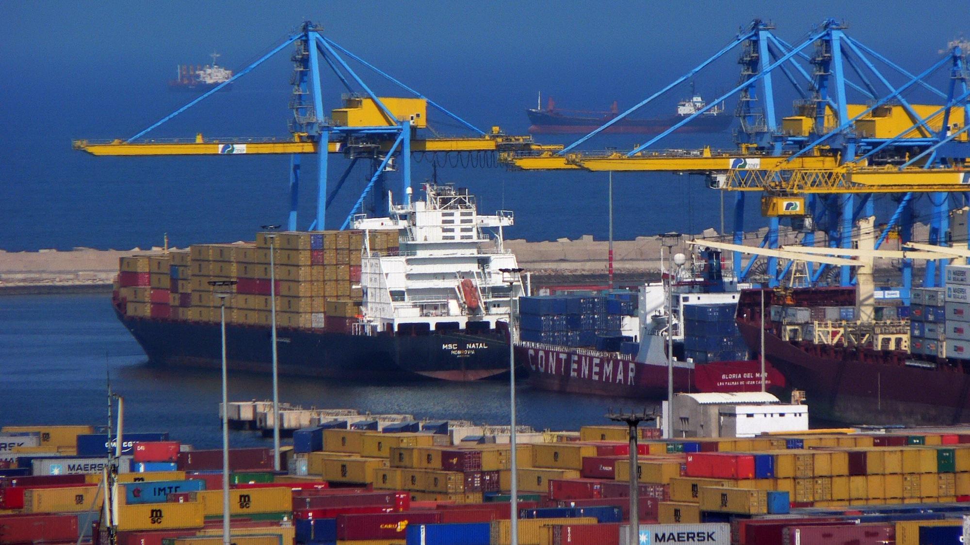 تداول 14 سفينة حاويات وبضائع بموانيء بورسعيد