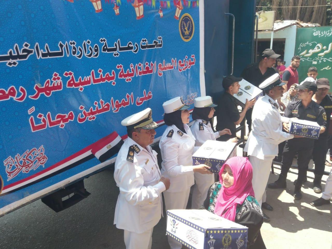بالصور | ضباط وزارة الداخلية يوزعون السلع الغذائية مجانًا على المواطنين
