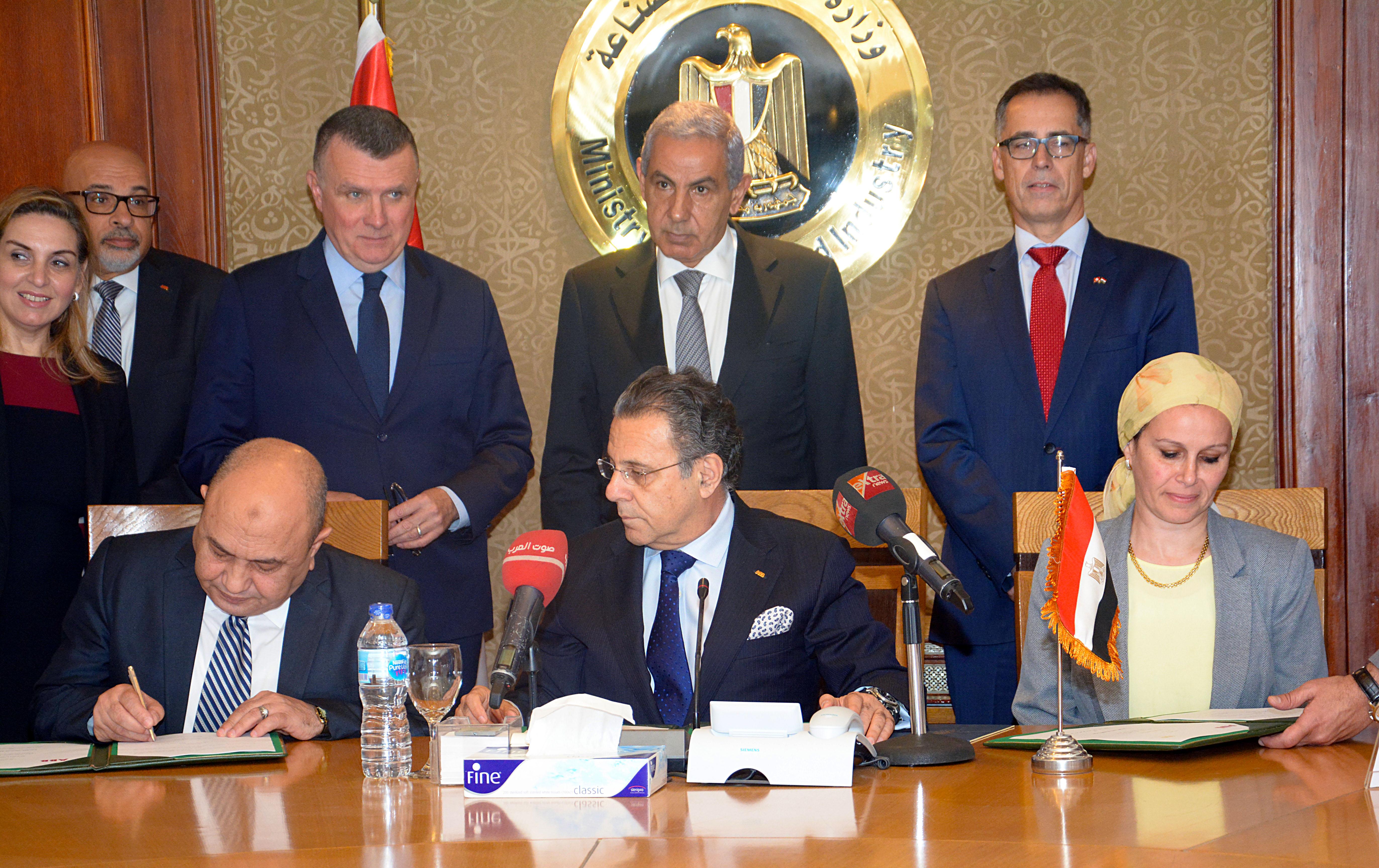 """توقيع بروتوكول تعاون بين وزارة الصناعة و """"إيه بي بي"""" العالمية"""