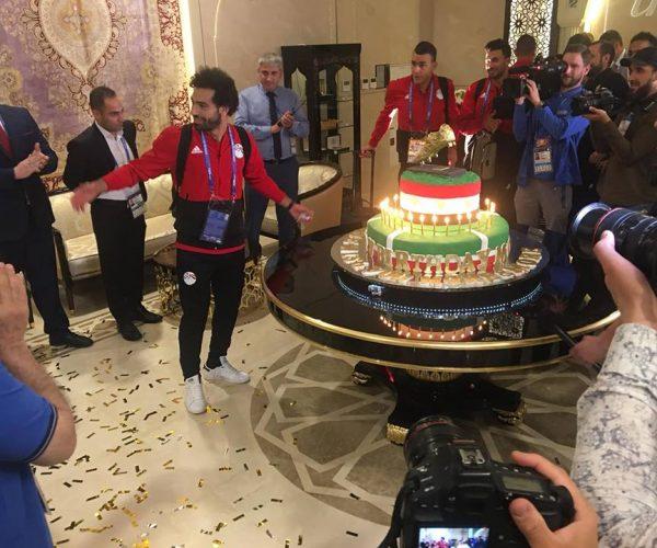 صور   بعثة المنتخب تحتفل بـ عيد ميلاد الفرعون المصرى محمد صلاح