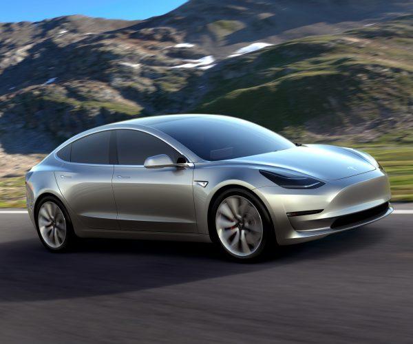"""تيسلا تنتج أول سيارة كهربائية من طراز """"موديل3"""" ذات محرك مزدوج"""