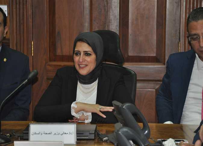 """وزيرة الصحة تراجع أرصدة الألبان في وحدة صحة """"الدويقة"""""""