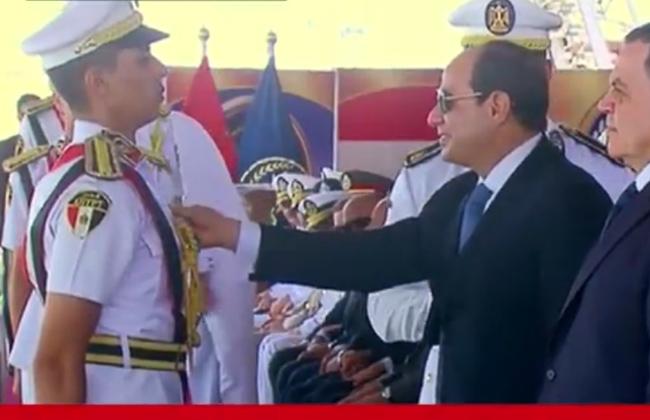 الرئيس يمنح نوط الامتياز من الطبقة الثانية لأوائل طلبة كلية الشرطة