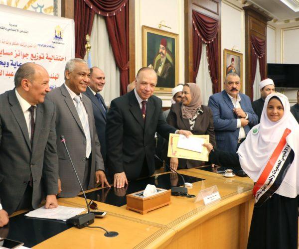 محافظ القاهرة يكرم 25 متسابقا من حفظة القرآن بالجمعيات الأهلية