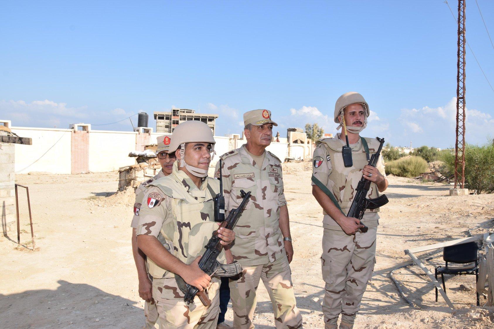 بالصور / وزير الدفاع يتفقد قوات تأمين شمال سيناء