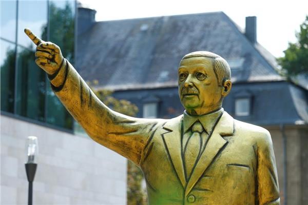 السلطات في مدينة فيسبادن الألمانية تزيل تمثال لـ أردوغان