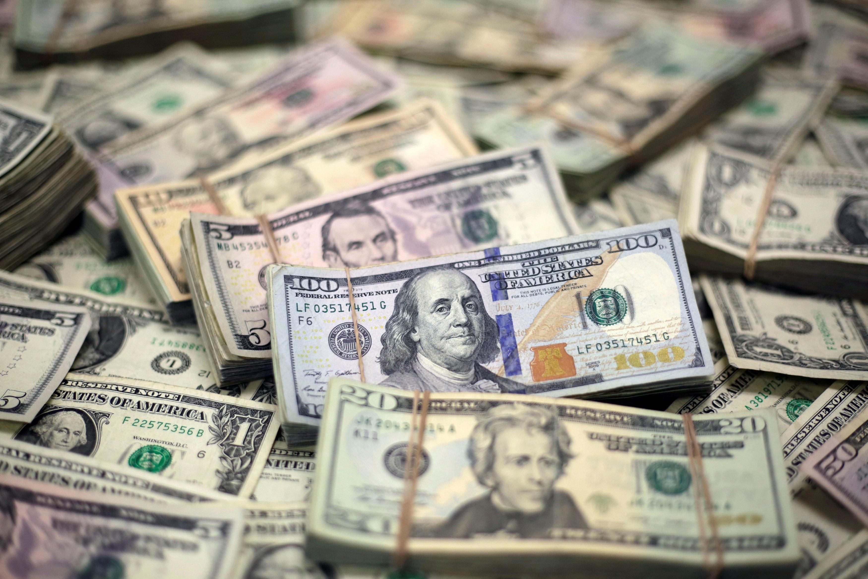 الدولار يتراجع مع موازنة المستثمرين بين الآمال في مواجهة مخاوف الفيروس