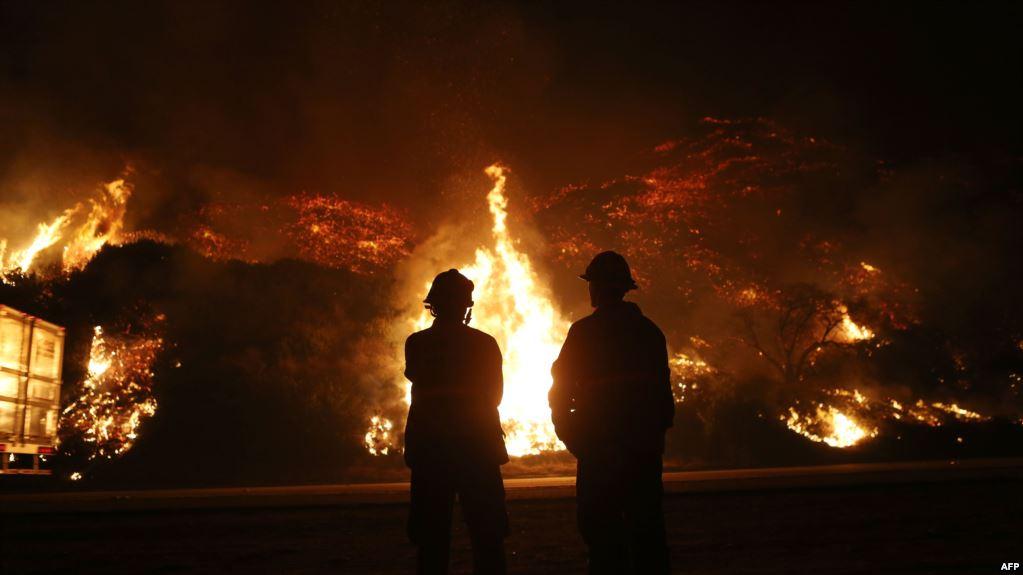 إجلاء 90 ألف شخص جراء حرائق كاليفورنيا