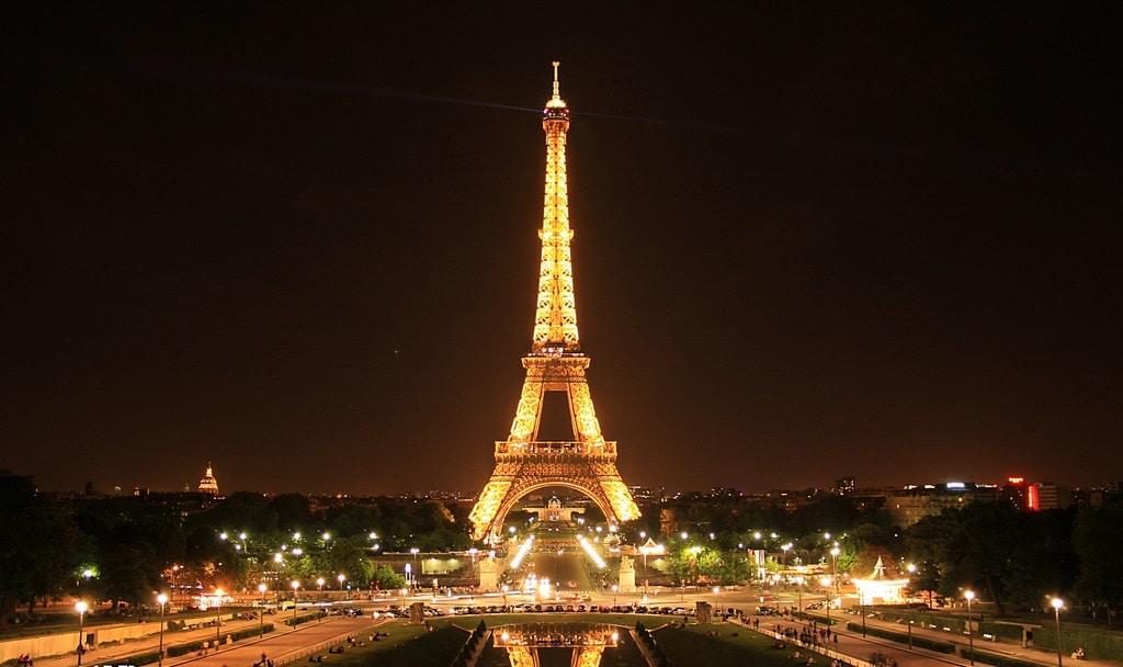 إخلاء برج إيفل بباريس بعد تسلق رجل المزار الواقع بقلب العاصمة الفرنسية