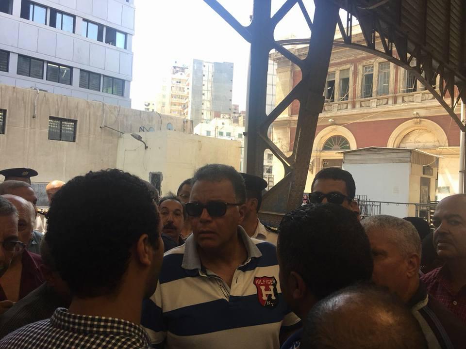 وزير النقل وسط الركاب فى قطار أبوقير من محطة مصر بالإسكندرية لسيدى جابر