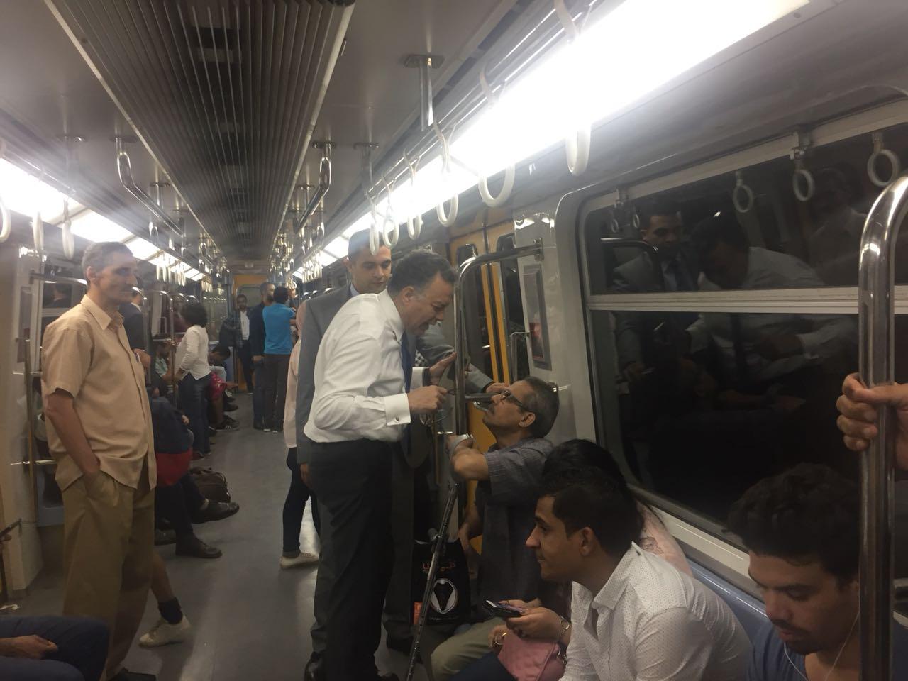 صور |  وزير النقل في جولة تفقدية مفاجئة لمحطة الجيزة والمترو