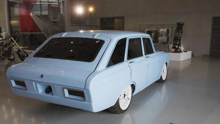 «كلاشينكوف» تكشف عن سيارة كهربائية خارقة بتصميم كلاسيكي غير مألوف
