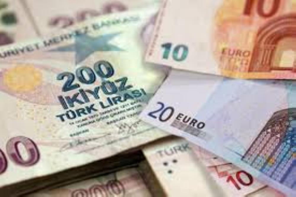 انخفاض الليرة التركية مقابل الدولار الأمريكي بفعل الخلاف الدبلوماسي بين البلدين
