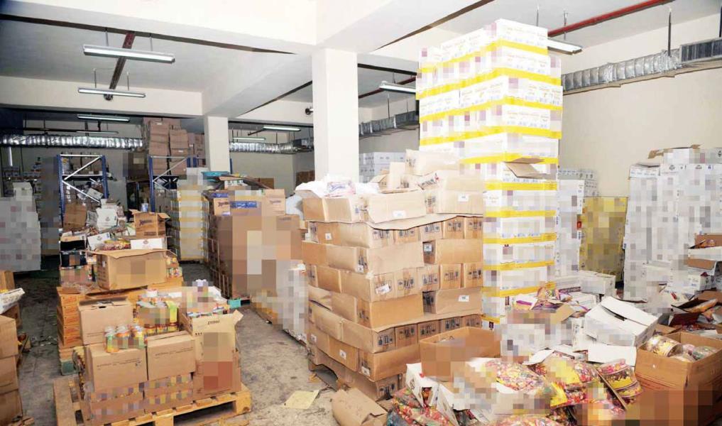 ضبط مصنع لإنتاج وتعبئة مقرمشات من مرتجعات المصانع وبعلامات تجارية وهمية