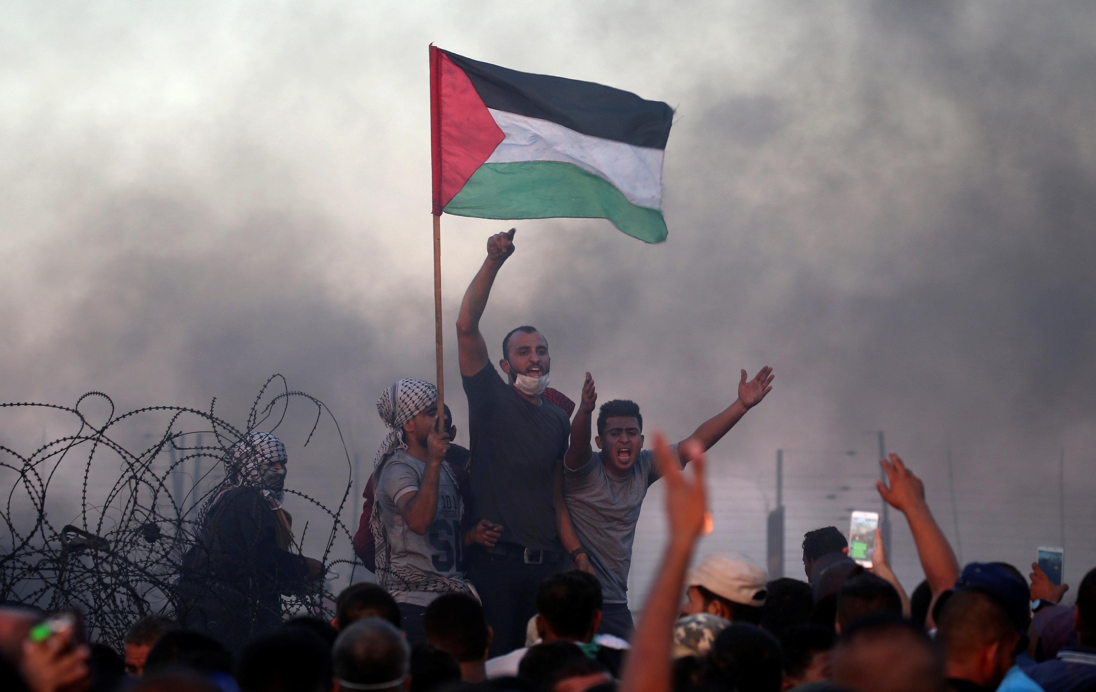 إصابة عشرات الفلسطينيين بالاختناق عقب قمع الاحتلال مسيرة برام الله