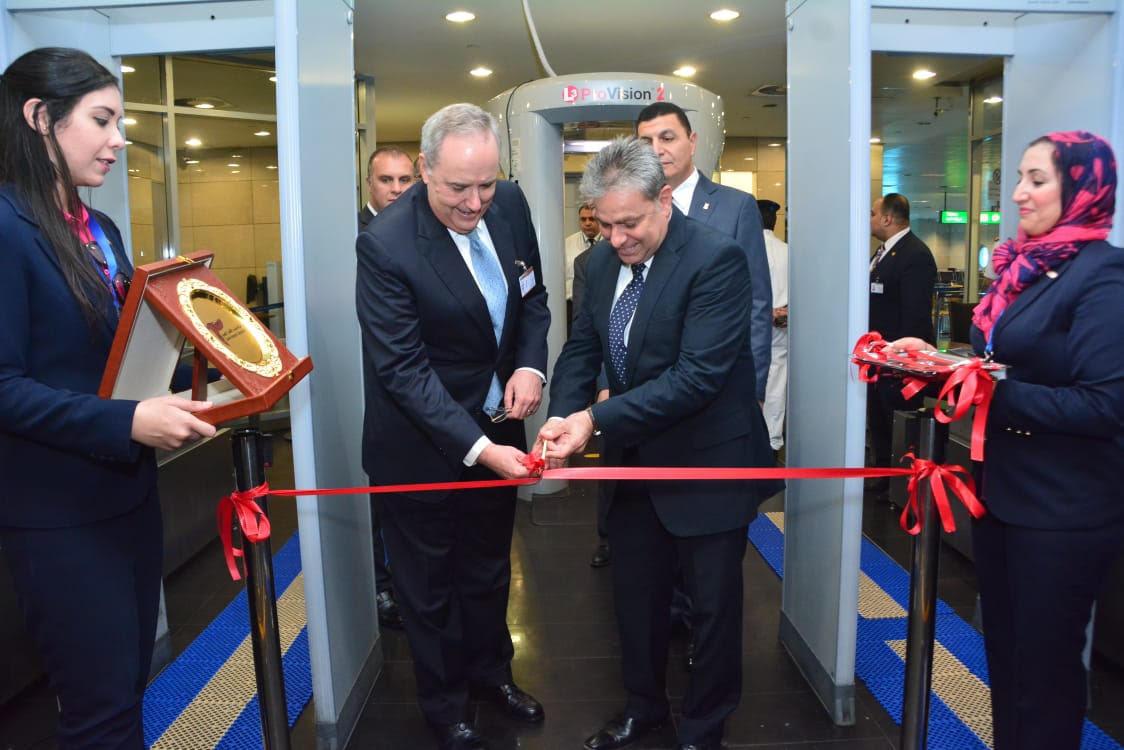 رئيس ميناء القاهرة الجوىوالسفير الأمريكىيشهدان تشغيل اجهزة تأمينية جديد
