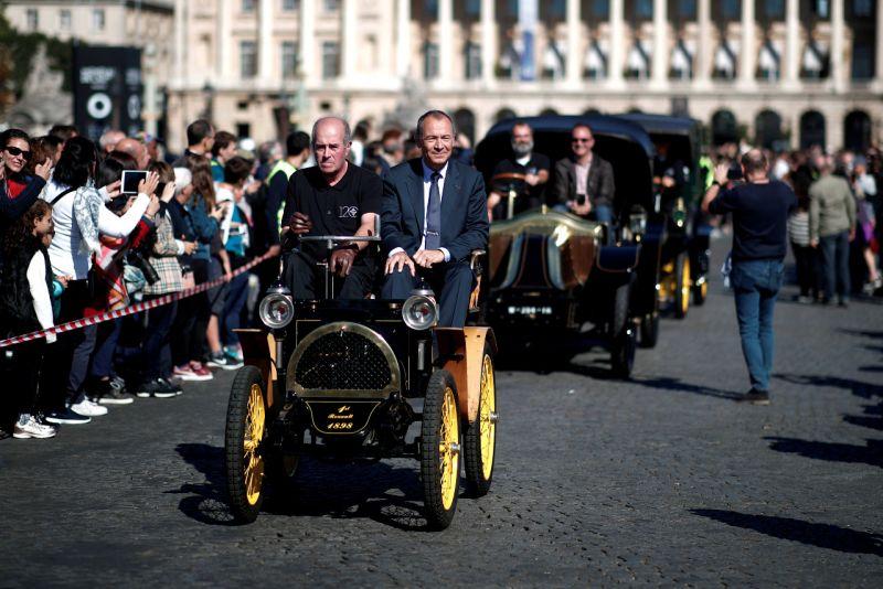 السيارات الكلاسيكية تخطف الأنظار في معرض باريس