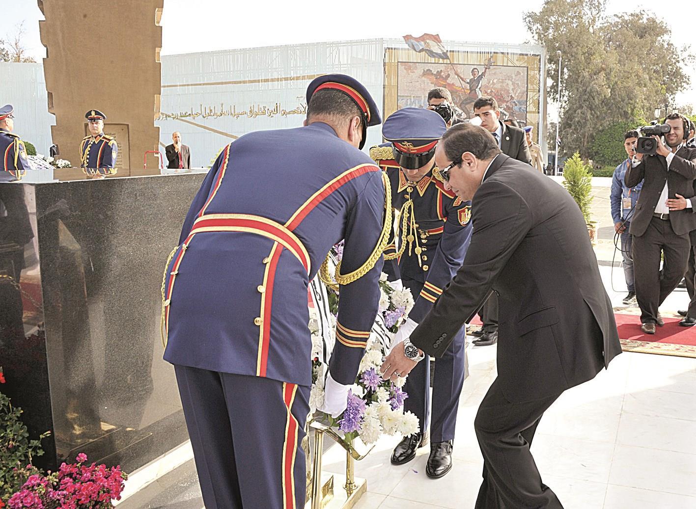السيسي يضع اكليلا من الزهور على قبر الجندي المجهول في ذكرى نصر أكتوبر
