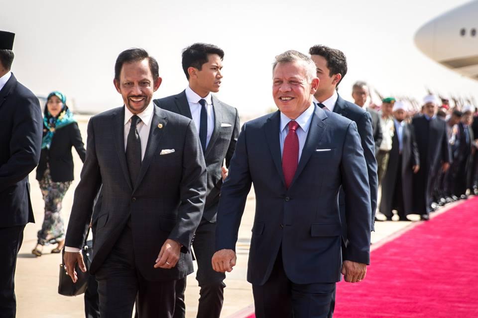 صور | ملك الأردن وولي العهد بمقدمة مستقبلي سلطان بروناي لدى وصوله إلى عمان
