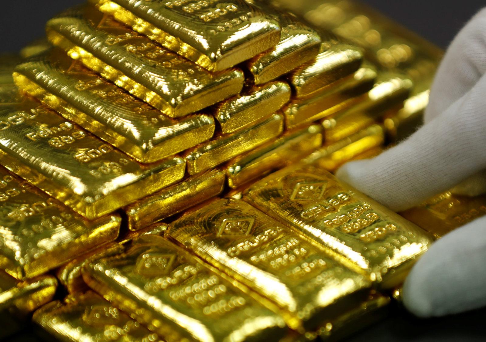 الذهب ينزل بفعل قوة الدولار وبيانات صينية إيجابية