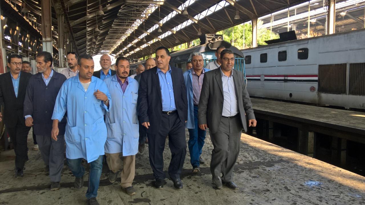 صور  | رئيس السكة الحديد يتفقد ورش الفرز وابو غاطس بالقاهرة لمتابعة تحسين العربات