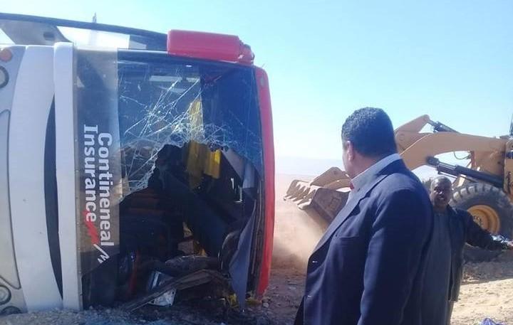 صور   انقلاب حافلة تقل 34 سودانيًا على الطريق الصحراوي في محافظة الاقصر