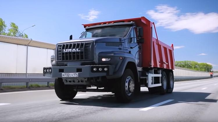 أورال الروسية تطلق جيلاً جديدًا من الشاحنات المميزة قادره على حمل 51.6 طن