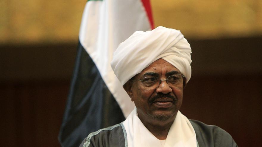 الرئيس السوداني يعلن حالة الطوارئ ويحل الحكومة على خلفية الاحتجاجات
