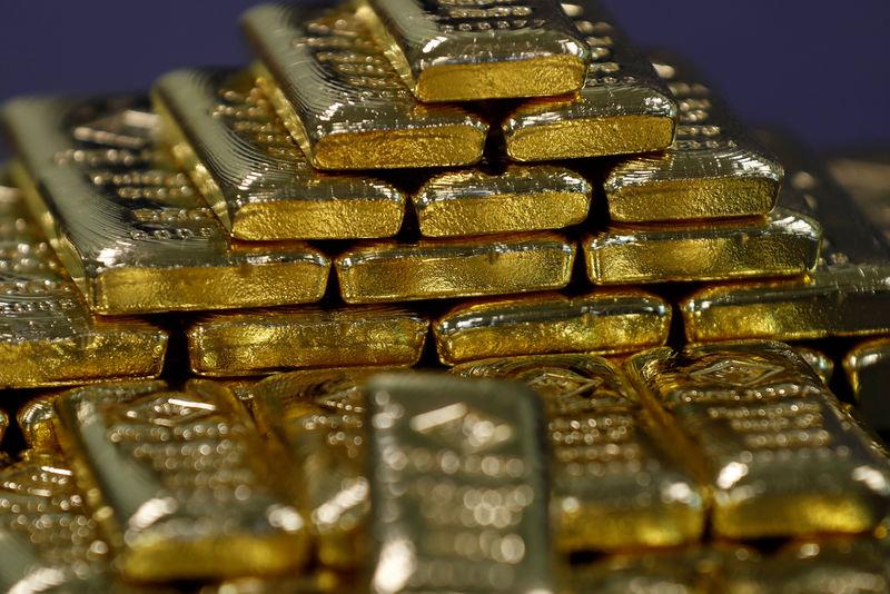 الذهب ينزل بفعل تحرك الصين بشأن الرسوم لكنه بصدد ارتفاع أسبوعي