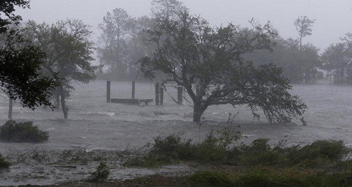 قطع الكهرباء عن سكان ولاية نورث كارولينا الأمريكية بسبب سوء الأحوال الجوية